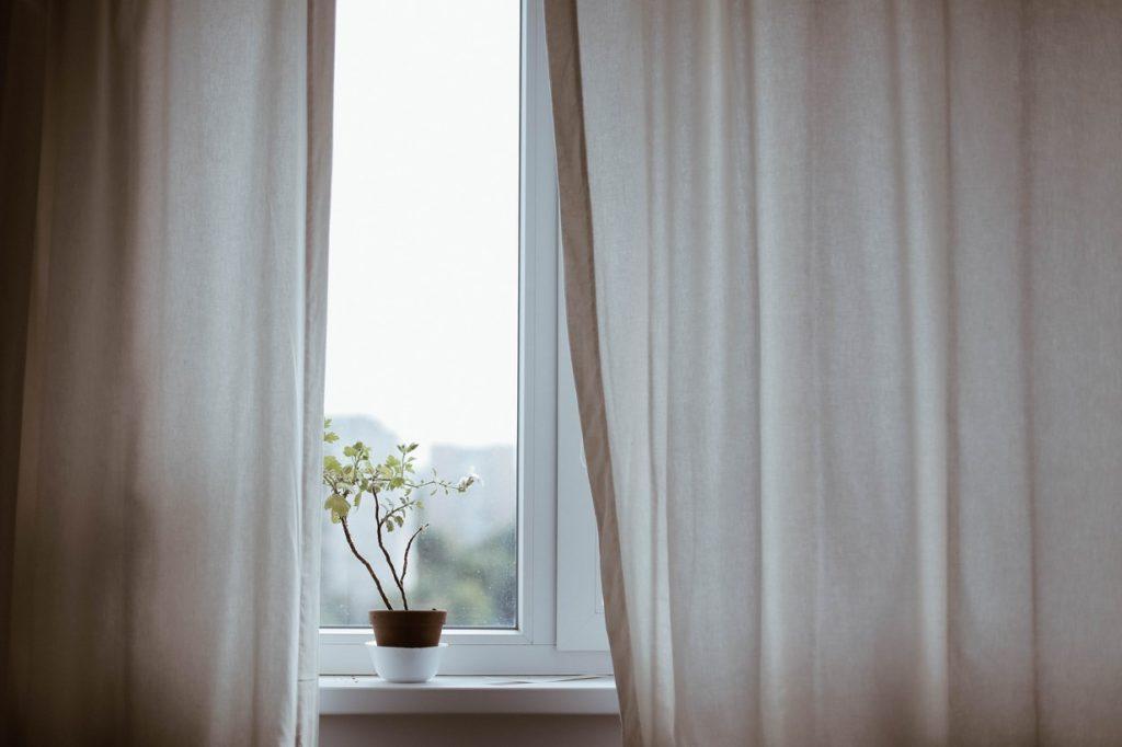 Mover las cortinas, abrir y cerrar las persianas.