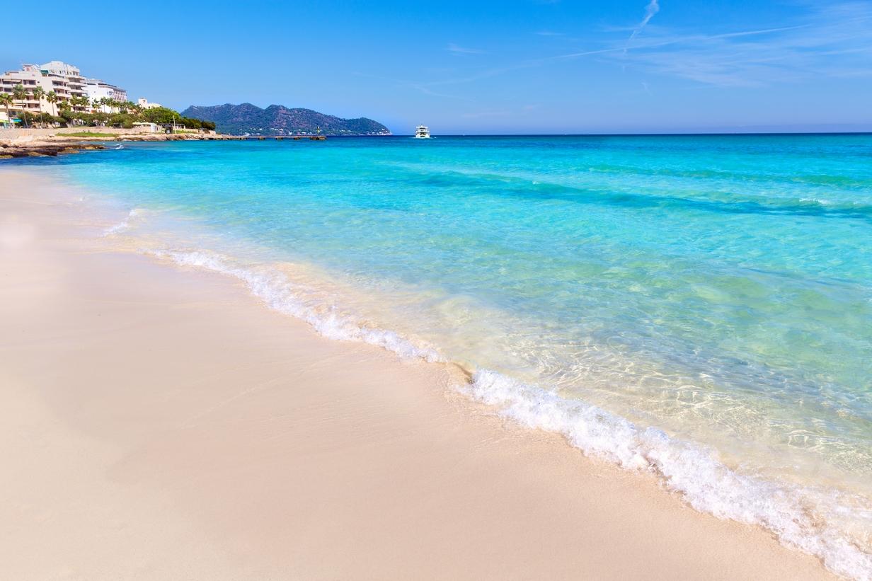 Vista de la hermosa Cala Millor en Mallorca, Islas Baleares en el Top de las 5 mejores playas de España.