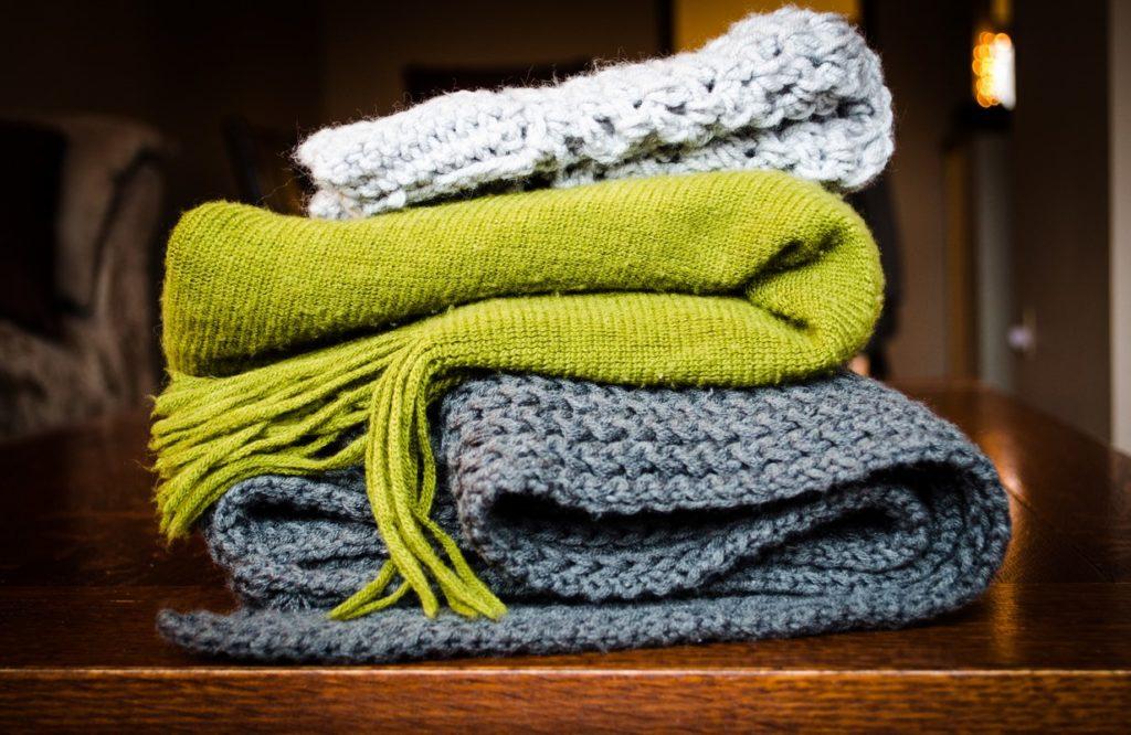 Prepara tu hogar para el frío con prendas mas gruesas.