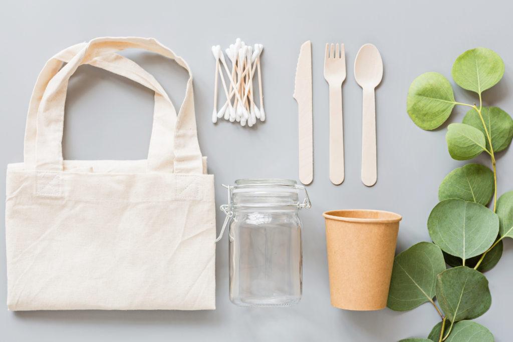 Evita comprar bolsas y envases de plástico, contaminarás menos.