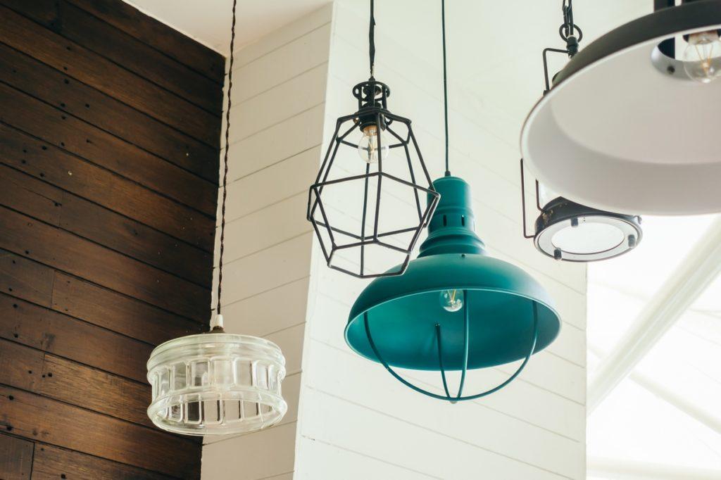 Las lámparas casa nos ayudan utilizar la luz de manera estratégica y a ahorrar en nuestra factura de luz