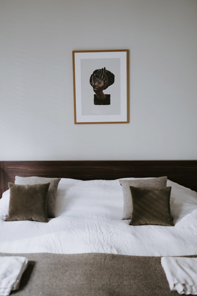 Invita al descanso un dormitorio libre de aparatos eléctricos.