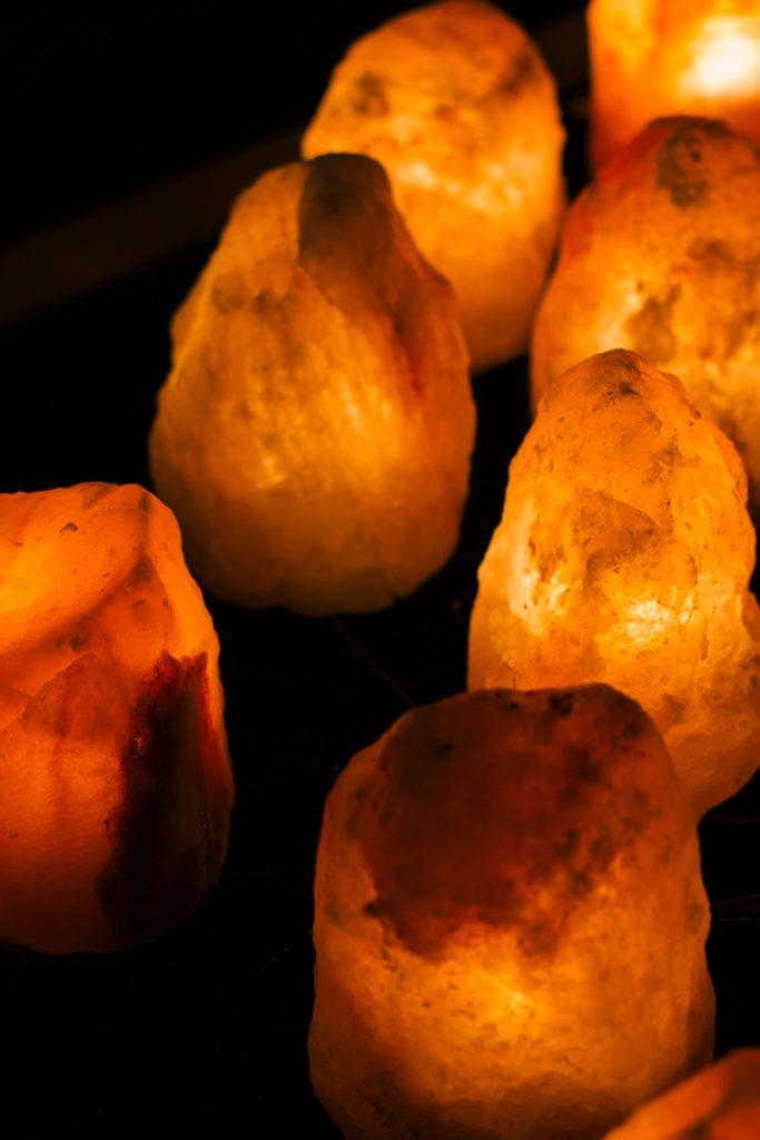 Otra buena idea para iluminar son las lámparas de sal ambiental.