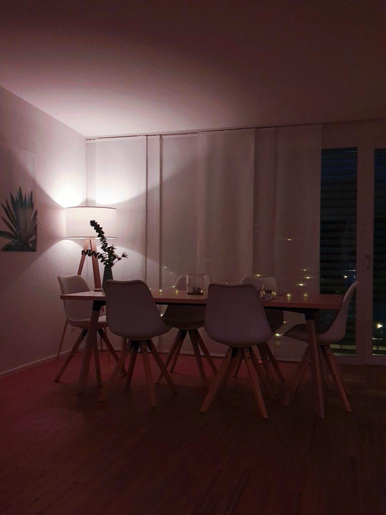 Mezcla lámparas de diferentes estilos y materiales para iluminar tu casa.