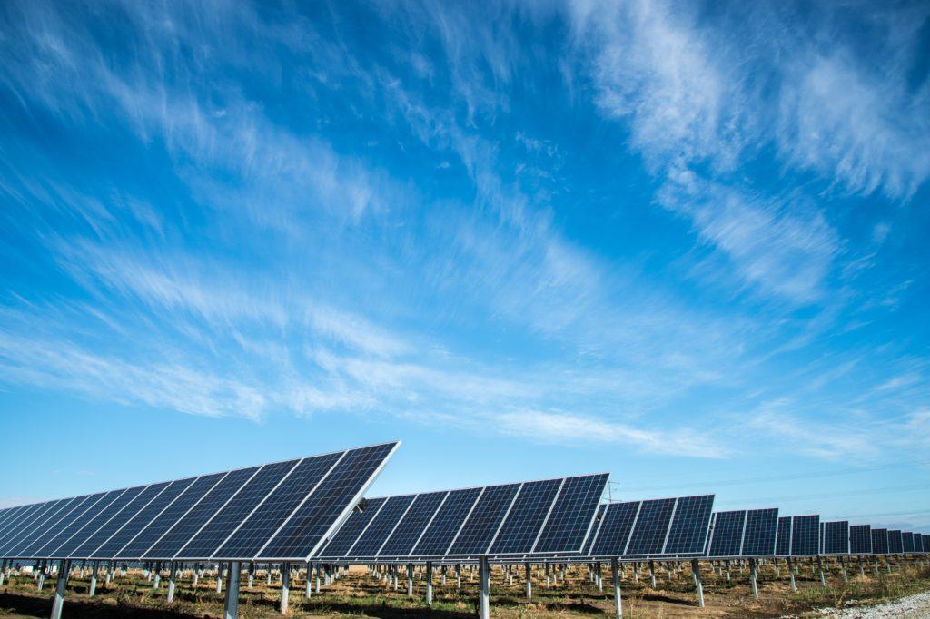En España, se emplea la energía solar como fuente de energía eléctrica renovable.