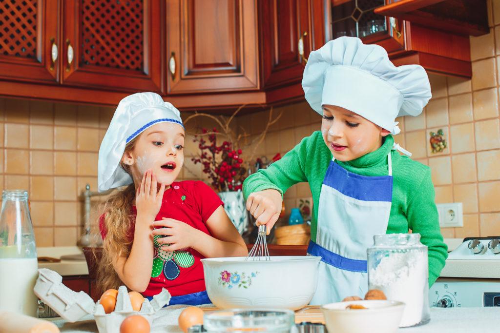 Cocinar en familia es otra idea participativa en la cual apoyarnos en estos días.