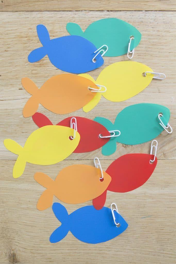 ¿Nos vamos de pesca? Con cartulinas de colores, clips, pega, un cordel y una vara se hacen maravillas.